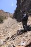 右に岩壁を見ながら登る