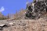 真っ青な空の下、岩には氷柱が