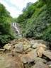 夏空の下、落差のある滝が見えてきました