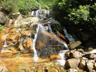 いかにも滑りそうな色合いの滝