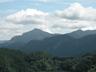 矢岳北尾根の大反山越しに武甲山と小持山
