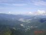 大源太山頂から越後湯沢の街を見下ろす