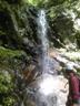 右岸を高巻くことにしたシャワー必至の7mハング滝