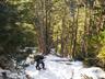 凍った急登をいく