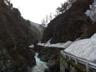 三国川沿い、残雪が道をふさぐ