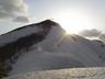 巻倉山の肩から朝日が覗く