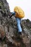 横岳への岩を登る