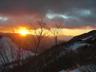 黒雲と赤城山の間隙に顔を出した朝日