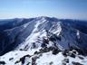 白峰三山縦走路を正面に据え、足取り軽く下山開始
