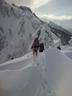 複雑に波打つ雪稜を行く