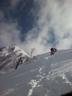 急な雪壁を攀じる