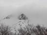 ガスに煙る俎嵓山稜の側壁