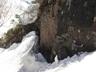 双子岩で水を汲む